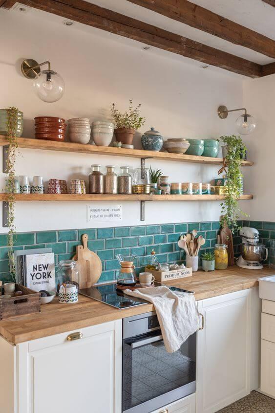 Cozinha moderna com prateleira de madeira e mão francesa