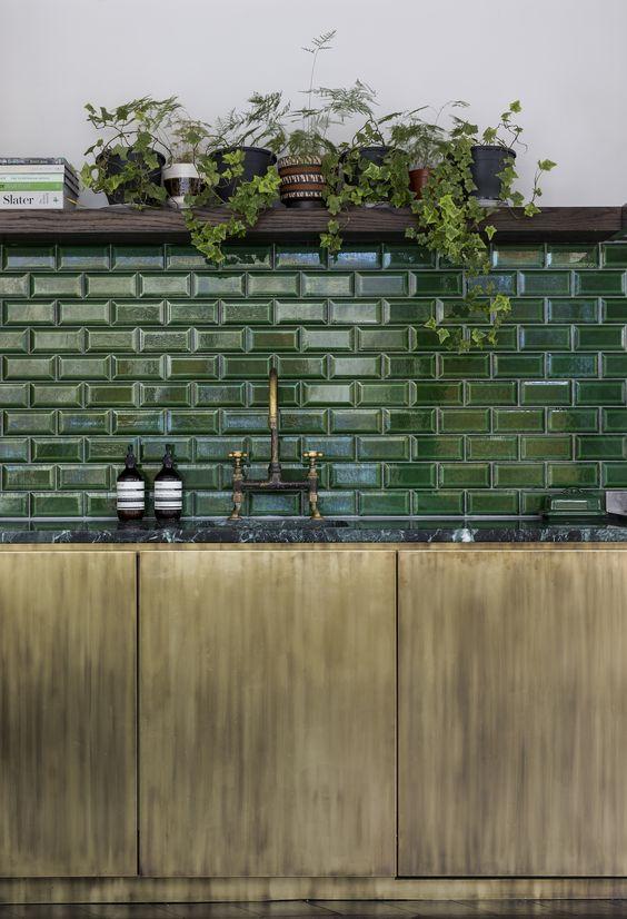 Cozinha moderna com revestimento verde escuro
