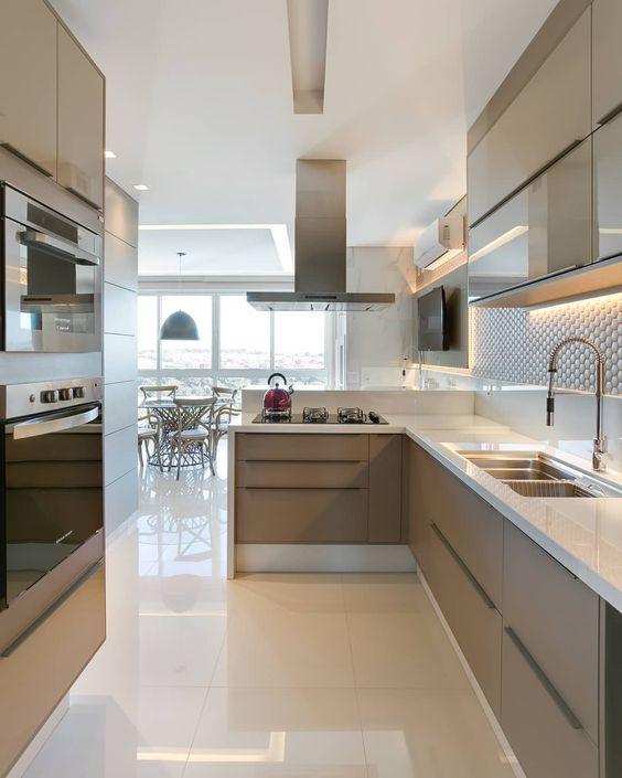 Cozinha pequena com cerâmica brilhante