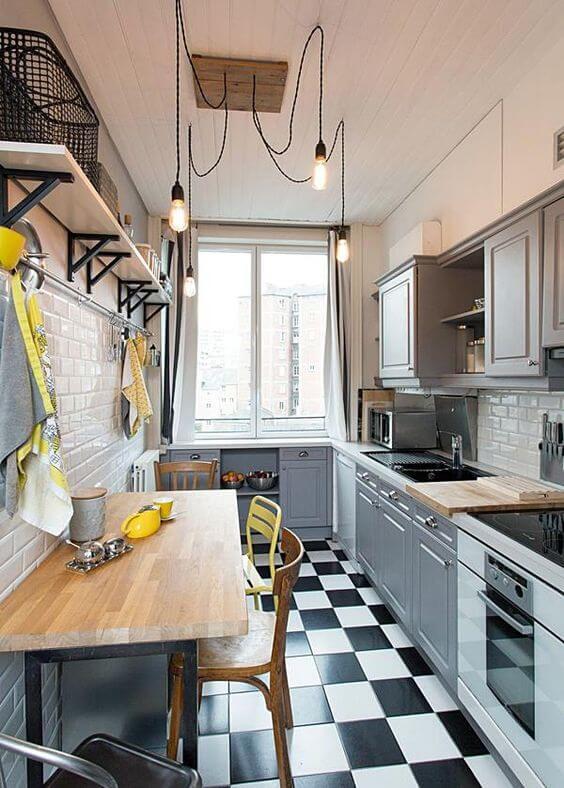 Cozinha pequena com prateleira e mão francesa industrial