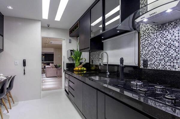 Cozinha planejada com revestimento pastilha preta e branca