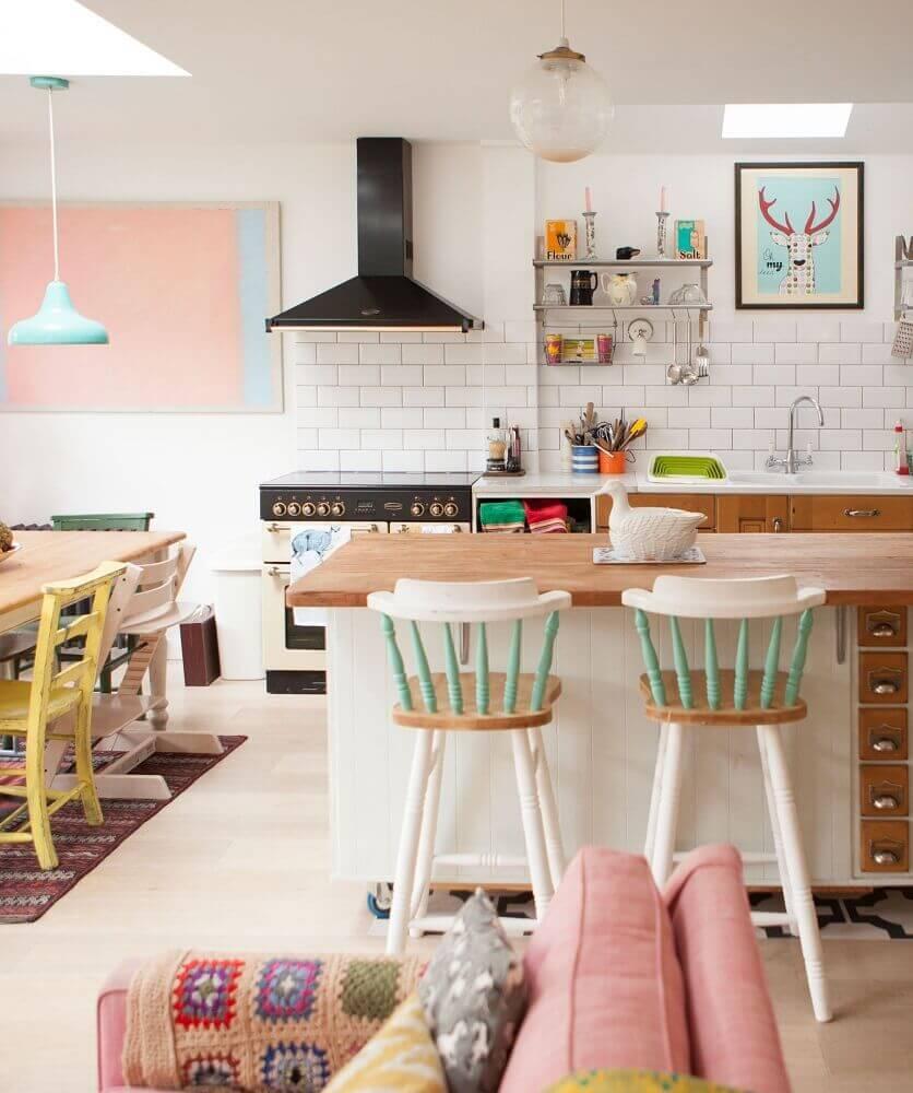 Cozinha retro com azulejo branco de tijolinho