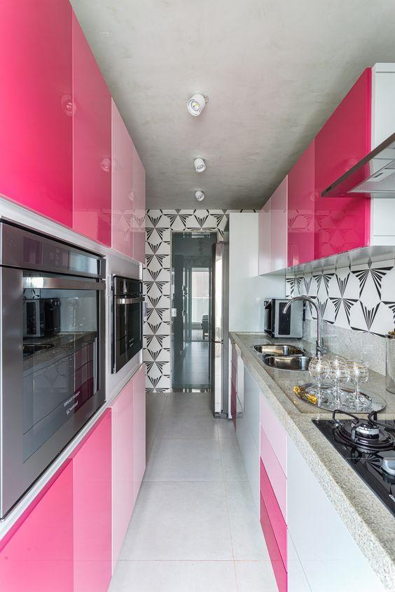 Cozinha rosa com azulejo retro preto e branco