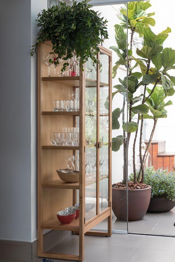 Cristaleira de madeira na decoração de canto