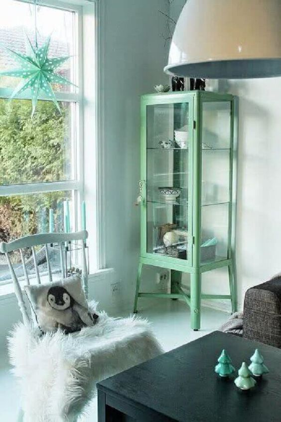 Cristaleira pequena antiga na decoração moderna em tons de cinza e verde