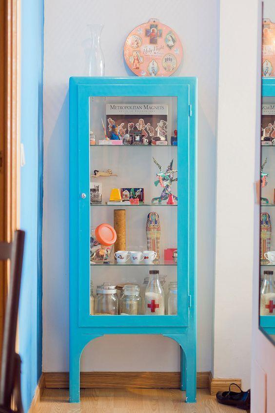 Cristaleira pequena azul na decoração moderna