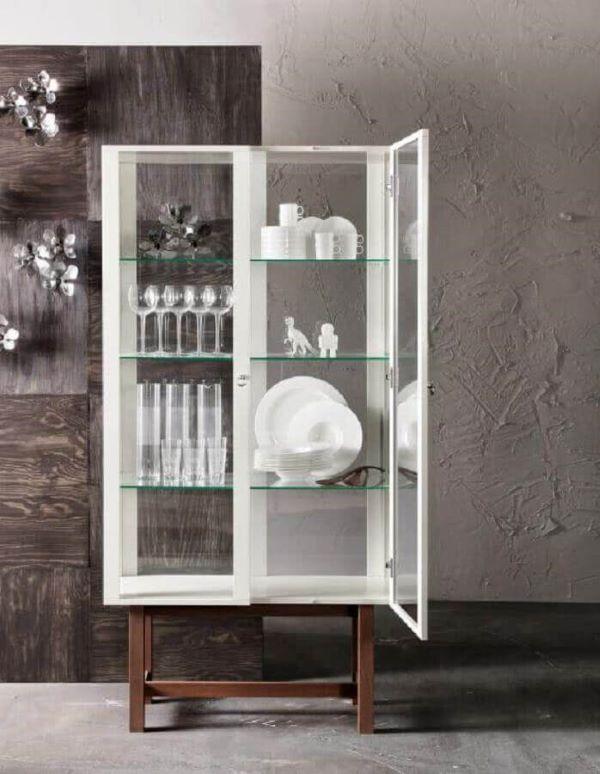 Cristaleira pequena branca com taças e pratos de luxo