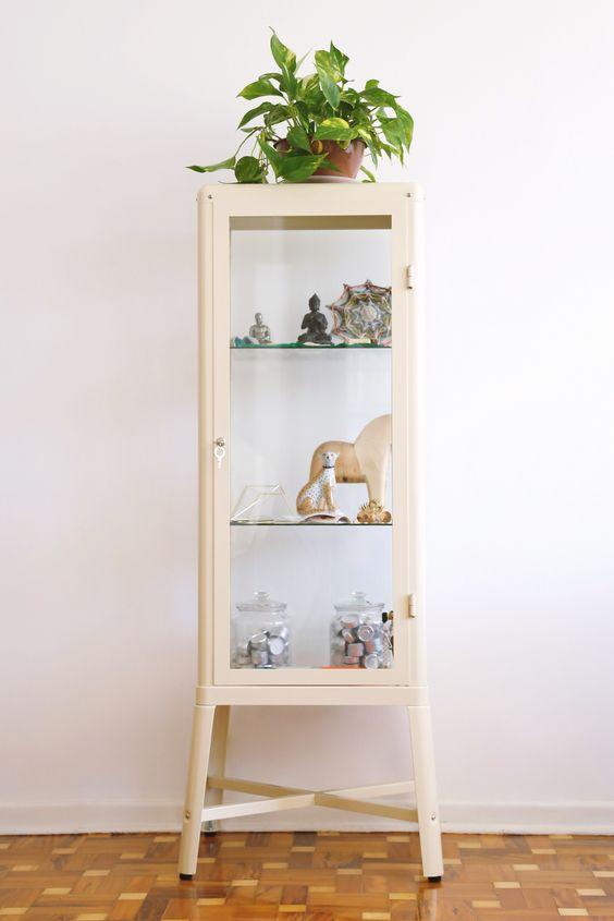 Cristaleira pequena branca na decoração de sala compacta