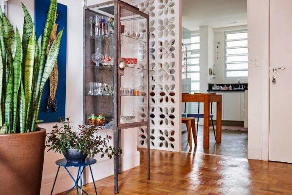 Cristaleira pequena de aço na sala de estar moderna