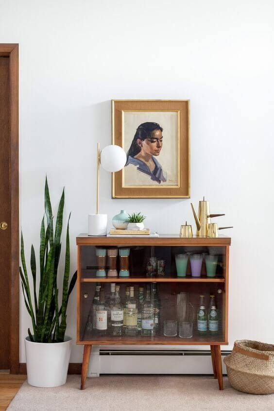 Cristaleira pequena de madeira