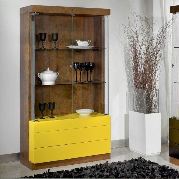 Cristaleira pequena de madeira com gavetas amarelas