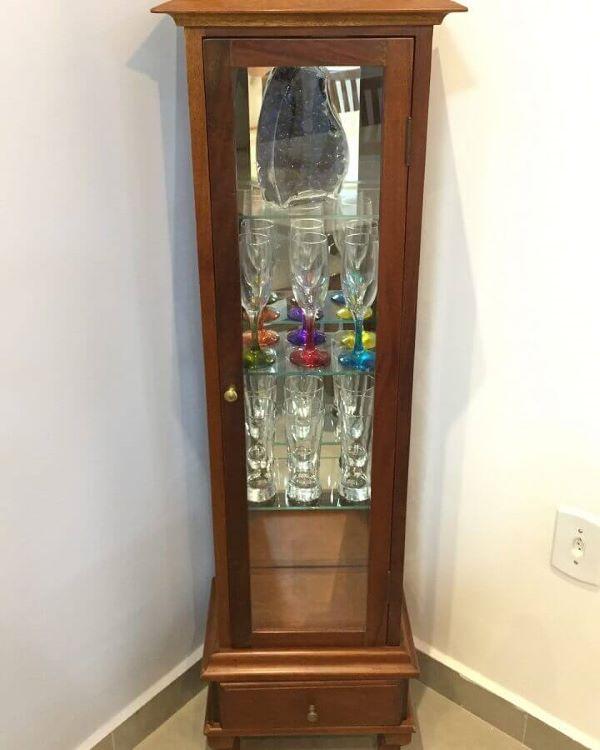 Cristaleira pequena de madeira na casa moderna