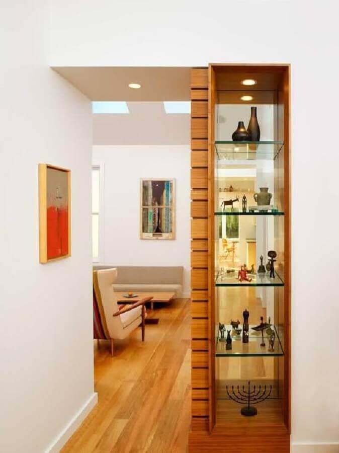 Cristaleira pequena de vidro no corredor