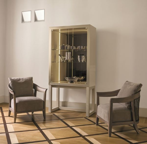Cristaleira pequena e moderna na sala de estar