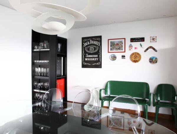 Cristaleira pequena e preta na sala de jantar