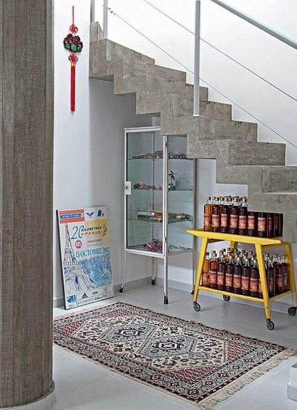 Cristaleira pequena embaixo da escada