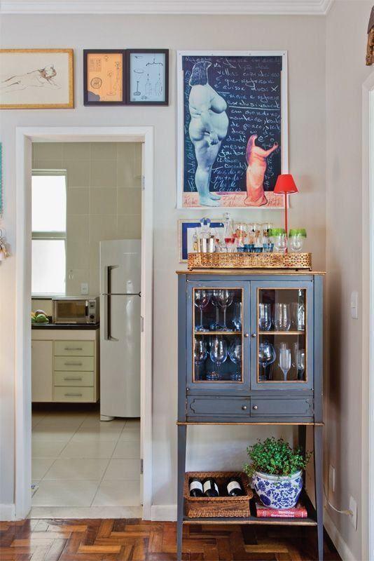 Cristaleira pequena estilo retrô na decoração criativa
