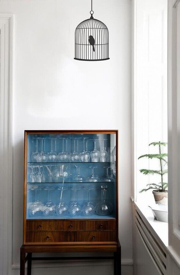 Cristaleira pequena no canto da sala