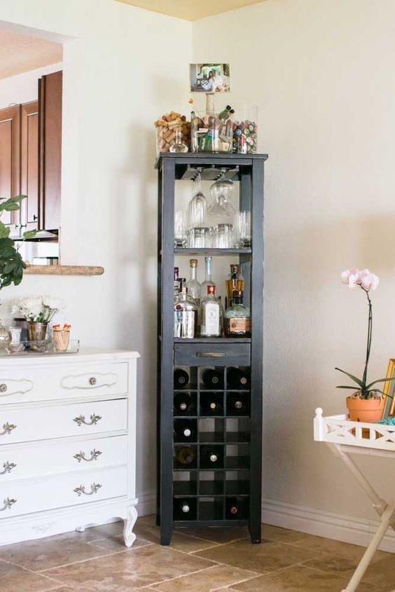 Cristaleira pequena preta no cantinho da sala