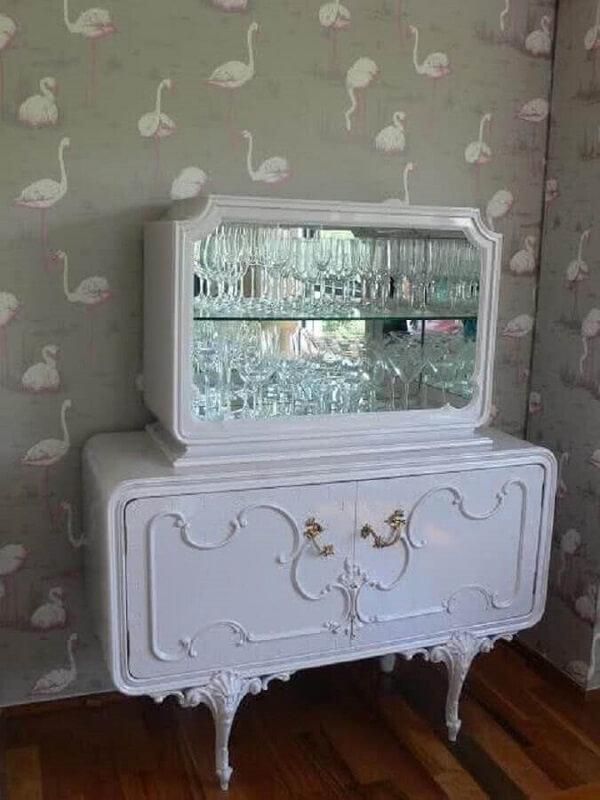 Cristaleira rústica branca com design vintage