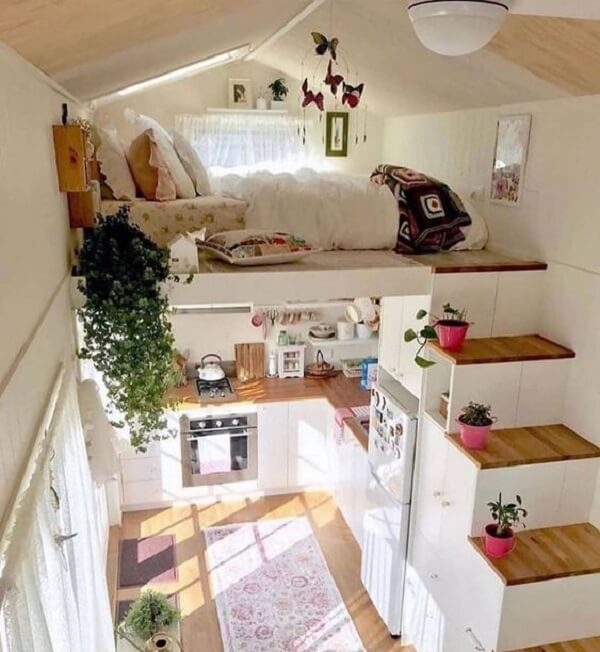 Decoração clean com móveis planejados e cama mezanino casal