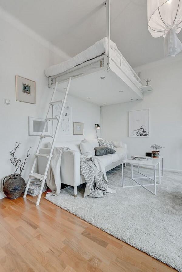 Decoração clean com cama suspensa mezanino