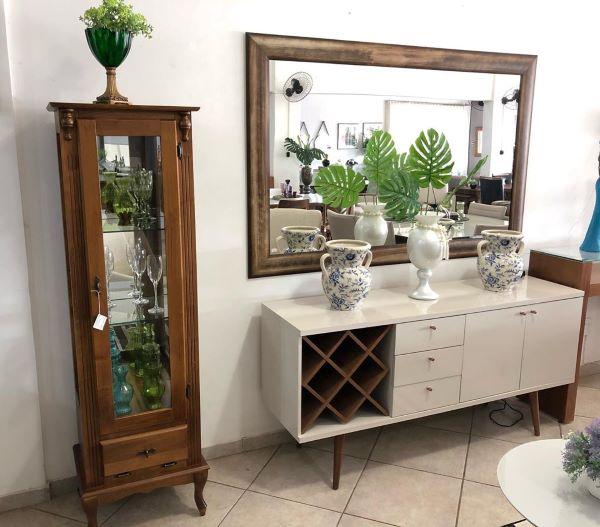 Decoração com cristaleira pequena de madeira