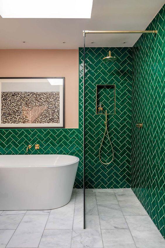 Decoração de banheiro com revestimento verde