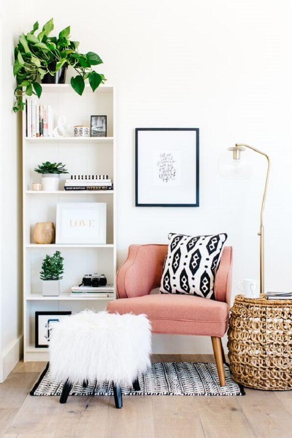 Decoração de sala com poltrona pé palito rosa