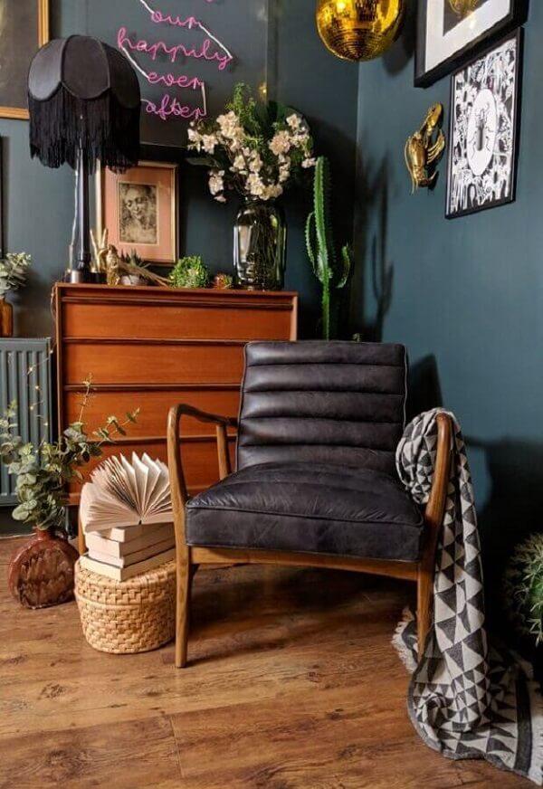 Decoração de sala simples com poltrona pé palito preta