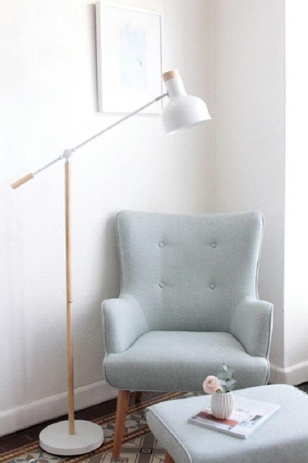 Decoração minimalista com poltrona pé palito cinza