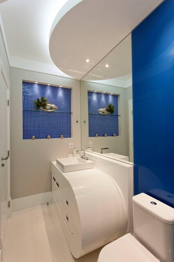 Decoração moderna de banheiro pequeno azul royal e branco Foto Aquiles Nicolas Kilaris