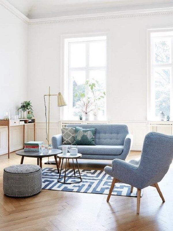 Decoração retrô com sofá, mesa de centro e poltrona pé palito