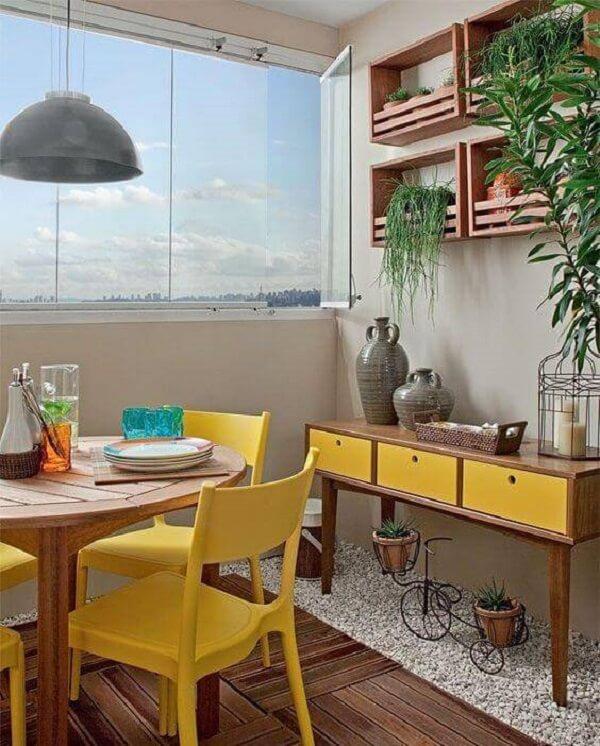Decore a varanda com aparador amarelo