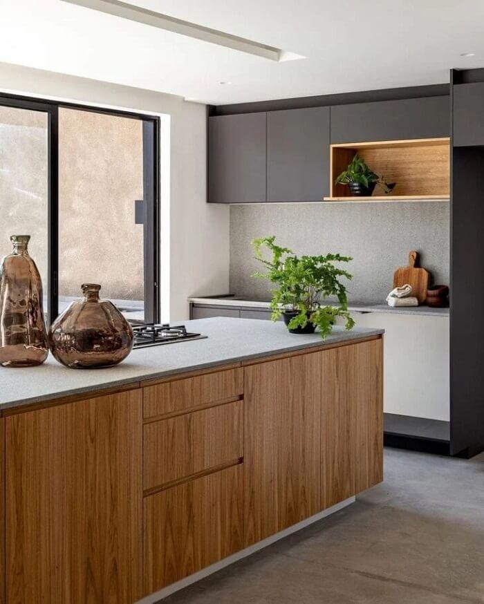 Decore o espaço com peças artesanais feitas à mão como os vasos de vidro