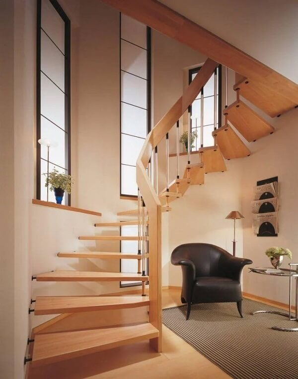 Design inusitado em caracol para revestimento de escada em madeira