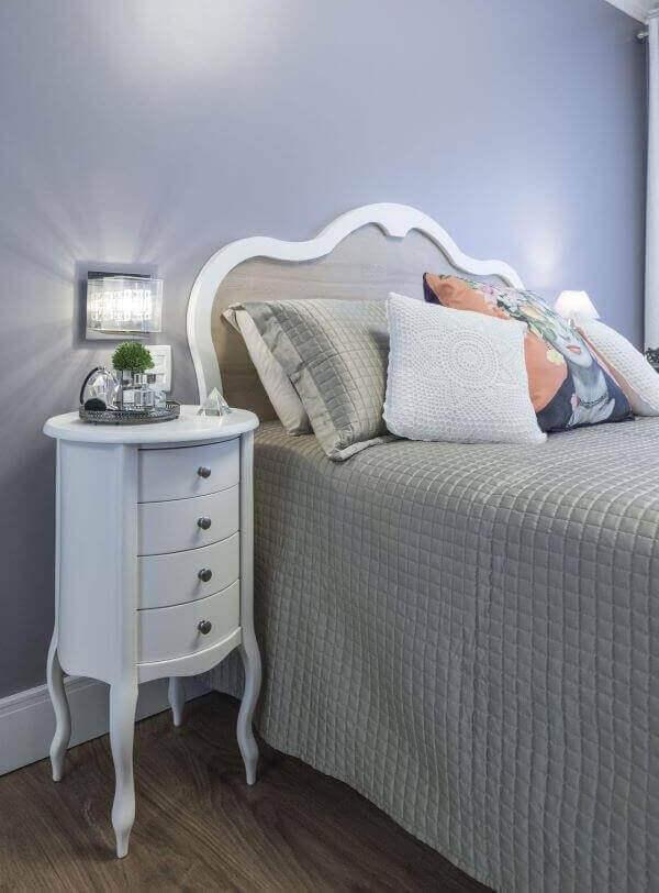 Dormitório estiloso com mesa de cabeceira retrô