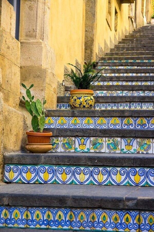 Escadaria decorada com azulejos antigos coloridos