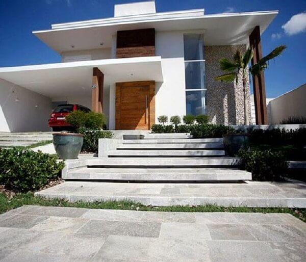 Escada com revestimento de pedra São Tomé branca