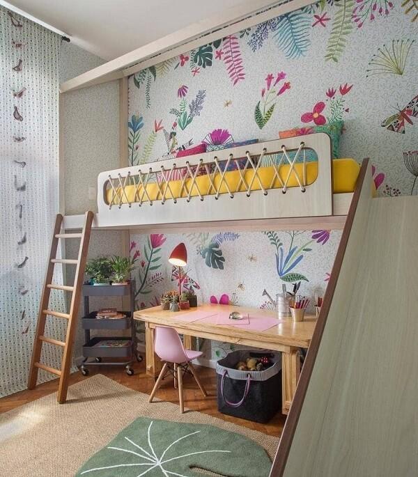 Escada de madeira e escorregador dão acesso a cama mezanino no quarto infantil