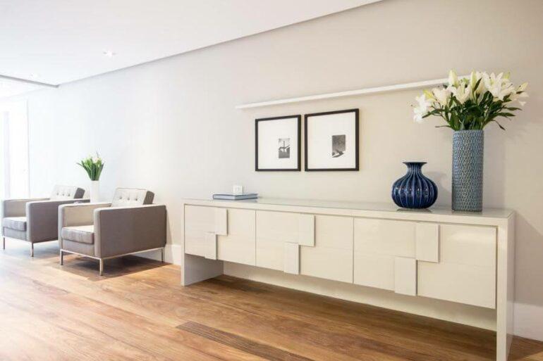 Escritório com aparador branco e vaso Azul