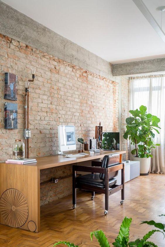 Escritório com papel de parede rustico