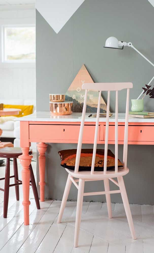 Escrivaninha cor coral com parede cinza