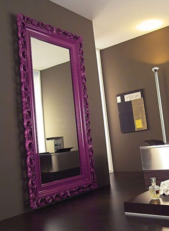 Espelho grande com moldura colorida roxa na sala de estar