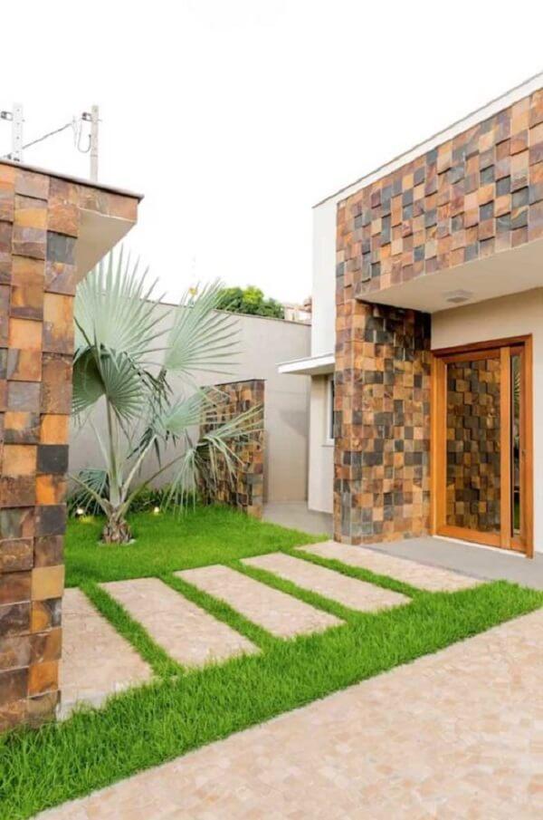 Fachada e entrada da casa com revestimento de pedra ferro