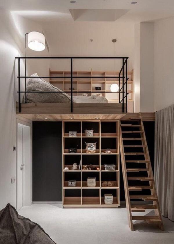 Fuja do tradicional e opte por escadas com design diferenciado que dão acesso a sua cama mezanino