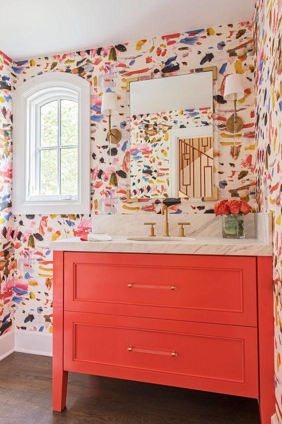 Gabinete cor coral com papel de parede colorido