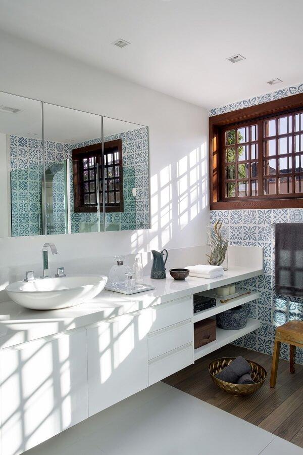 Gabinete planejado e azulejos antigos para banheiro decoram o espaço