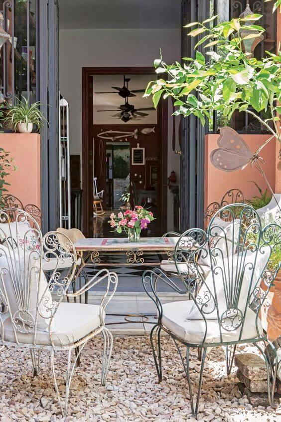 Jardim com cadeira de ferro branca