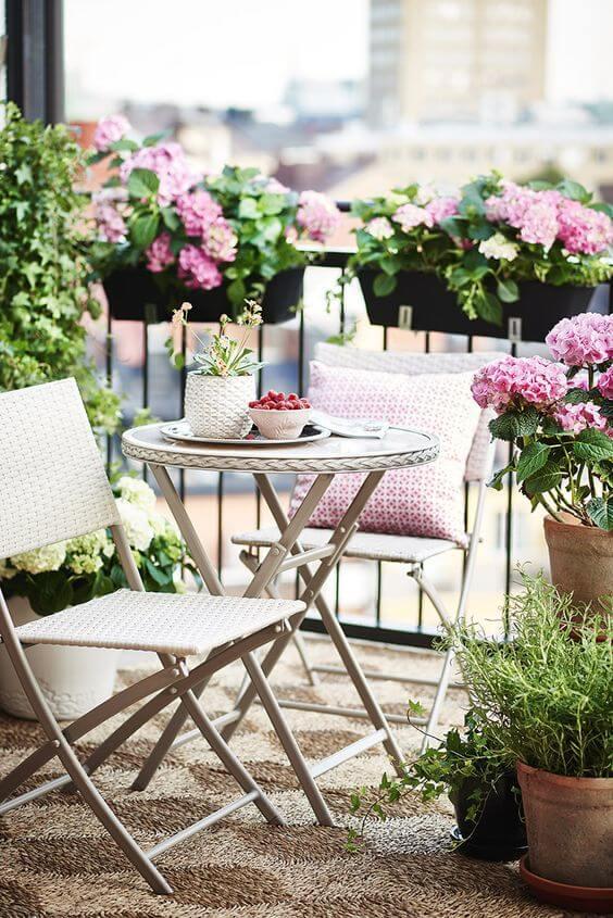 Jardim com mesa para área externa branca